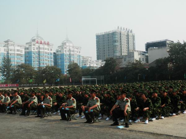 运城学院开学_运城学院老校区举办新生开学典礼暨军训动员大